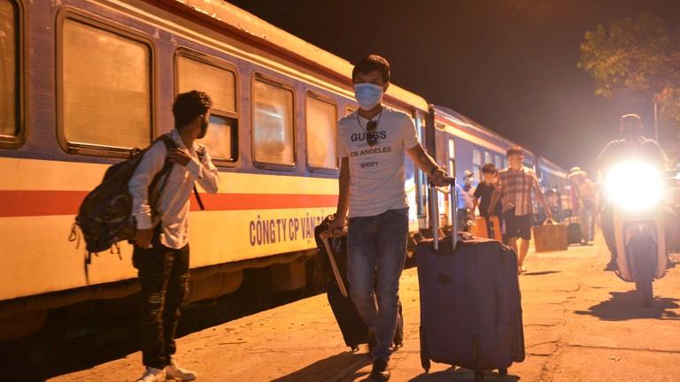 Chuyến tàu đêm đưa khách từ TP. Hồ Chí Minh về ga Vinh