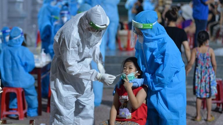 Video: Cửa Lò lấy mẫu test nhanh hơn 4.000 người dân vùng nguy cơ cao