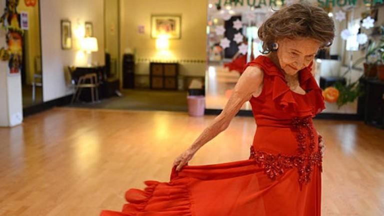 Cụ bà 99 tuổi tung hoành trên sàn nhảy
