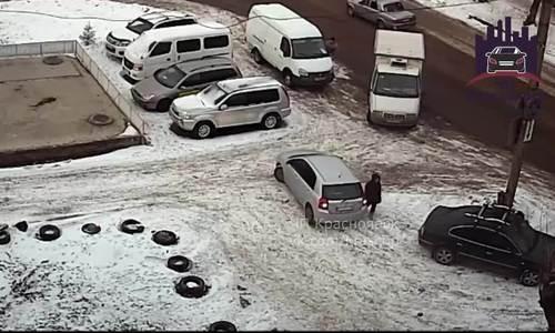 Nữ tài xế lùi xe suýt chèn chết người đi bộ