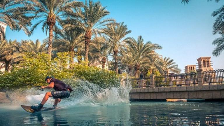 Chàng trai Mỹ xoay 540 độ trên ván lướt đại náo kênh Dubai