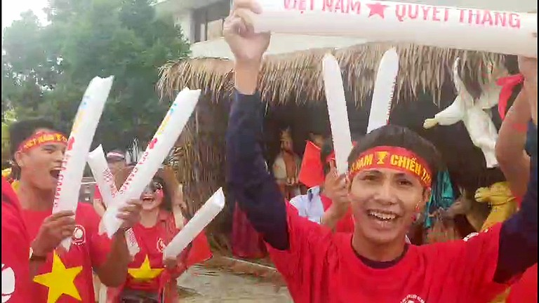 Cổ động viên Nghệ An tại Philippines cuồng nhiệt cổ vũ U22 Việt Nam trước trận đấu với U22 Thái Lan