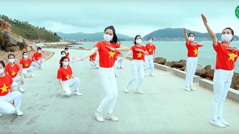Y bác sĩ Bệnh viện Đa khoa Quang Khởi biểu diễn bài 'Việt Nam ơi đánh bay Covid'