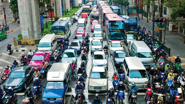8 mẹo chạy ô tô an toàn trong phố đông cho người mới lái