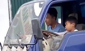 Giao ôtô cho bé trai 10 tuổi điều khiển, chủ xe bị phạt 8 triệu đồng