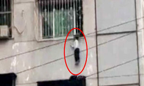 Bé trai 3 tuổi kẹt đầu vào song sắt, treo lơ lửng ở tầng 4 chung cư