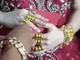 Cô dâu đeo vàng trĩu cổ, kín tay trong ngày cưới