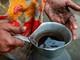 Hàng triệu người Bangladesh hàng ngày uống nước nhiễm độc asen