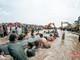 Đội thợ lặn và tàu của ngư dân Nghệ An hộ tống cá voi khổng lồ ra biển