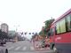 [Video] Dừng đèn đỏ bị xe khách hất tung lên trời