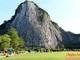Choáng ngợp với tượng Phật khắc bằng vàng trên núi ở Thái Lan