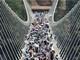 Cầu đáy kính cao nhất thế giới đóng cửa vì quá đông khách