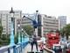 Quốc Cơ, Quốc Nghiệp diễn xiếc trên đường phố Anh gây chú ý