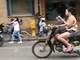 Phát hoảng với cô gái vừa đọc sách vừa lái xe máy trên đường