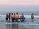 Sóng lớn cuốn trôi 8 du khách đang tắm biển
