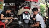 Sau ngập, người dân thành phố Vinh đưa nhau đi... sửa xe