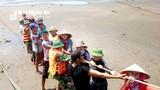 Hàng trăm người cứu tàu cá mắc cạn ở Nghệ An