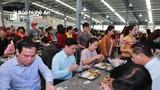 Chủ tịch UBND tỉnh Thái Thanh Quý dùng bữa trưa cùng công nhân nhà máy may