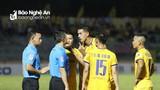 Hai tình huống gây tranh cãi của trọng tài trận Quảng Nam - Sông Lam Nghệ An