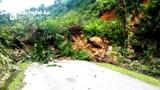 Sạt lở núi, cả trăm khối đất đá chặn ngang Quốc lộ 48