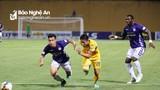Cổ động viên Sông Lam Nghệ An và Hà Nội mở hội bóng đá tại Hàng Đẫy