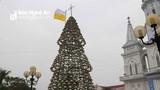 Độc đáo cây thông Noel làm từ hơn 1.000 chiếc nón lá ở Nghệ An
