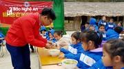 Trao quà tết ấm biên cương tại Quế Phong