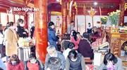 Bất chấp khuyến cáo phòng dịch, người dân Nghệ An chen chúc làm lễ giải hạn đầu năm
