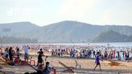 Hàng vạn du khách đổ về biển Cửa Lò ngày cuối tuần
