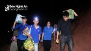 Xuyên đêm băng rừng tiếp tế cho lực lượng chữa cháy ở Nghệ An