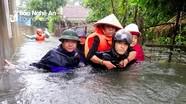 Hình ảnh giải cứu người dân TP Vinh mắc kẹt giữa biển nước