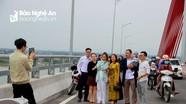 Bất chấp nguy hiểm, hàng ngàn người chen chân chụp ảnh trên cầu Cửa Hội