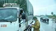 Lực lượng chức năng dầm mưa bám 4 điểm chốt kiểm soát người ra vào  TP.Vinh