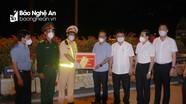 Lãnh đạo tỉnh tặng quà, động viên các lực lượng làm nhiệm vụ đón công dân hồi hương