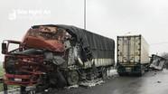 Container và xe tải đâm nhau trên đường tránh Vinh, cabin gãy, nát bét