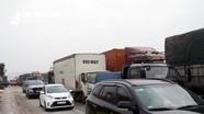 Ô tô con đi ngược chiều, Quốc lộ 1A đoạn qua Nghệ An tắc đường hơn 3 km