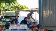 Người dân cắt cabin giải cứu lái xe tải