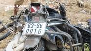 Tàu hỏa đâm văng xe máy, người phụ nữ thoát chết  