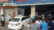 Taxi đâm vỡ cửa kính nhà dân, bé trai bị thương