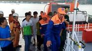 Đưa đội tìm kiếm và 7 thuyền viên sống sót trên tàu cá Nghệ An gặp nạn vào bờ