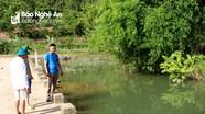 Bé trai 8 tuổi bị đuối nước khi theo bố mẹ đi làm