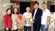 Báo Nghệ An tặng quà Tết nguyên Tổng Biên tập Thái Ngô Dương