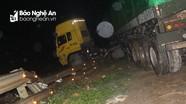 Hàng chục người giải cứu container 'trèo' lên đường sắt trong đêm ở Nghệ An