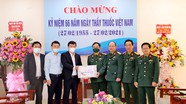 Chủ tịch UBND tỉnh tặng quà các đơn vị y tế nhân kỷ niệm ngày Thầy thuốc Việt Nam
