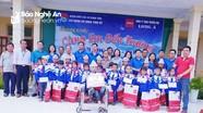Chi đoàn cơ quan Tỉnh ủy tặng quà cho học sinh vùng cao nhân dịp năm học mới
