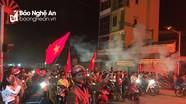 Người dân quê nhà Công Phượng đổ ra đường đốt pháo sáng, mừng Việt Nam chiến thắng