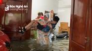 Xúc động hình ảnh thanh niên tình nguyện giúp dân chạy lụt
