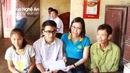 Nhóm Niềm Tin tặng quà cho tân sinh viên vượt khó học giỏi