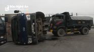 Đâm bẹp đầu xe tải, xe chở hàng đông lạnh lật nghiêng giữa đường