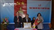 Bí thư Đảng ủy Khối CCQ tỉnh trao Huy hiệu Đảng tại Hưng Nguyên